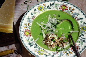 HOW TO THICKEN AGEING HAIR – PEA AND ROASTED GARLIC SOUP WITH BASIL AND FARRO